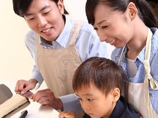 子供と仲良く料理をする夫婦