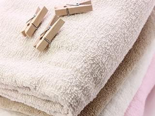 洗いたてのタオルと洗濯バサミ