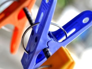 青と赤の洗濯バサミの接写