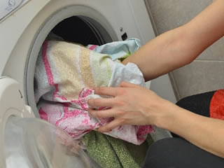 洗濯の仕方を子供に教える母親