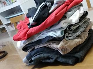 洗濯を畳んでいる親子
