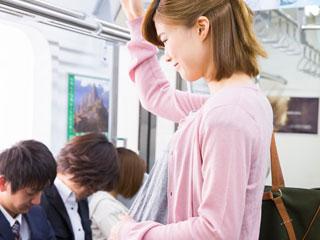 電車の中で立つ妊婦