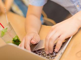 パソコンで副業を行う男性