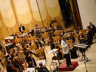 オーケストラの荘厳な音楽