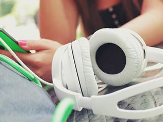 緑の音楽プレイヤーと白のヘッドフォン
