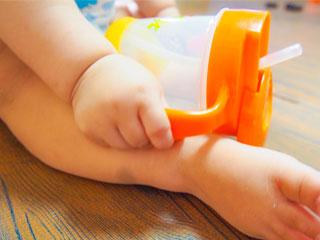 マグカップを触る赤ちゃん