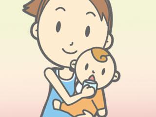 赤ちゃんの口にコップを運ぶ母親