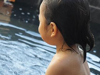 旅館でお風呂に入れられる子供