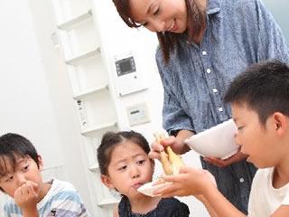 3人の子供を育てる仕事と家庭を両立している母親