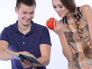 夫の料理を見守る優しい妻