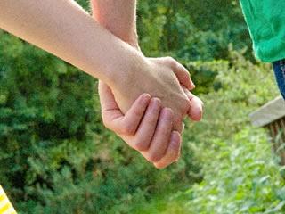手を繋いで絆を深める理想的な夫婦