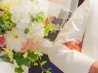 愛と絆を確かめ合う新婚夫婦