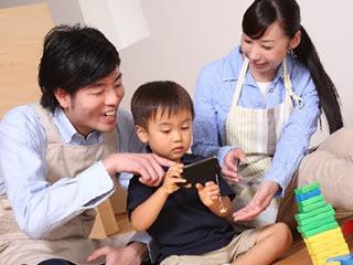 家族でスマホゲームにハマる風景