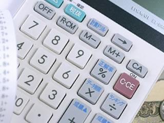 家計簿を付けるための電卓と領収書