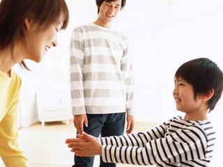 子供と親が向かい合う