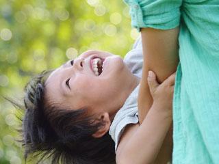 親に抱きつく子供