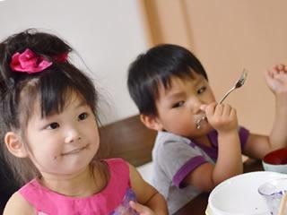 食品添加物を食べる2人の子供