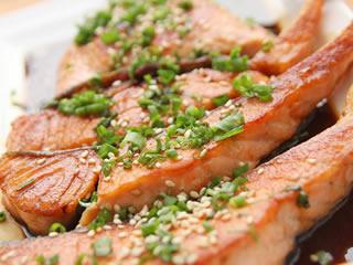 食品添加物で色付けされた魚の切り身