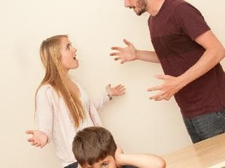 子供の前で激しい喧嘩をする夫婦