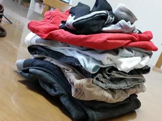 家事をする夫が畳んだ洗濯物
