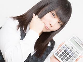 電卓で家計をやりくりするやり手の妻