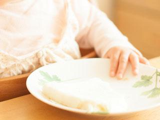 食事する赤ちゃんの手