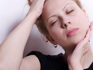 首のこりをほぐすマッサージをする女性