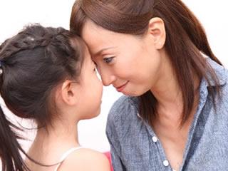 子供の熱を優しく図るキャリアウーマン