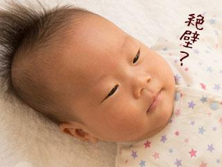 布団に直接頭をおく赤ちゃん