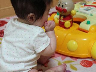 玩具を見る赤ちゃん