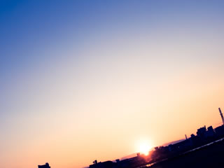 夜明けの朝日と地平線