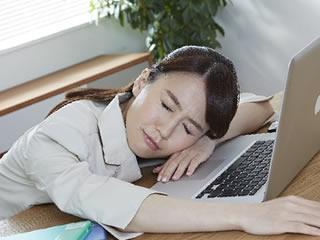 仕事中に寝る共働きのお母さん