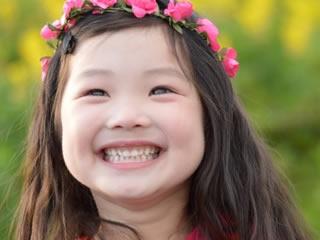 両親と公園で遊んでいる笑顔の子供