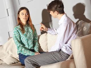 お金の使い方について2人で協議する夫婦
