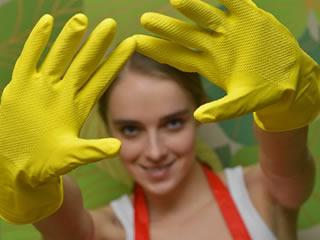 換気扇掃除するためにゴム手袋を装着した女性