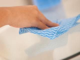 換気扇を洗い終えた後のテーブルを吹いている女性