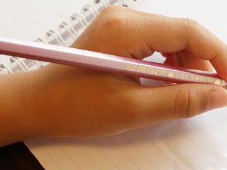 鉛筆を持つ左手