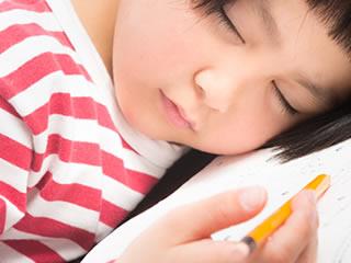 算数の勉強中に寝落ちする小学生
