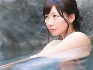 仕事で疲れた体とストレスを癒すために温泉に来た女性