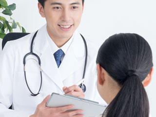 医者と診察受ける女性