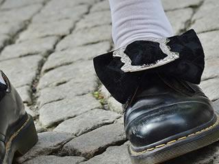 臭いがこもる通気性の悪い革靴を履く子供