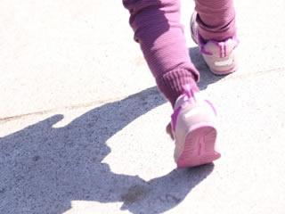 夕暮れ時をお気に入りの靴で歩く子供