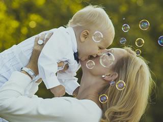 シャンプーの泡と子供をあやす母親