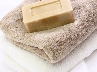 厚めのタオルと固形石鹸のシャンプー