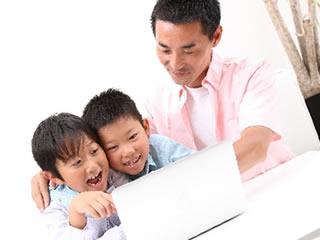 子供も使える大人シャンプーをネット検索する親子
