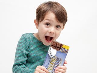 チョコレートを盗み食いしてママにバレた男の子