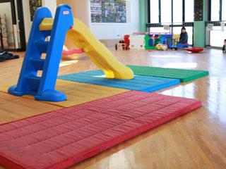 児童館館内の滑り台