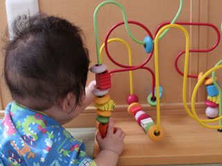 玩具で遊ぶ赤ちゃん