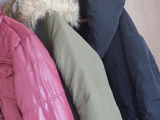 冬物コートとパープルのダウンジャケット