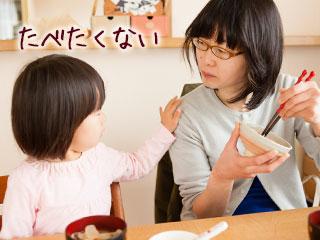 食卓で母親にごねる女の子